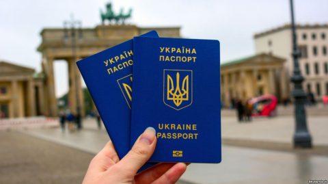 Єврокомісар оцінив поведінку українців за кордоном і ризики скасування безвізу
