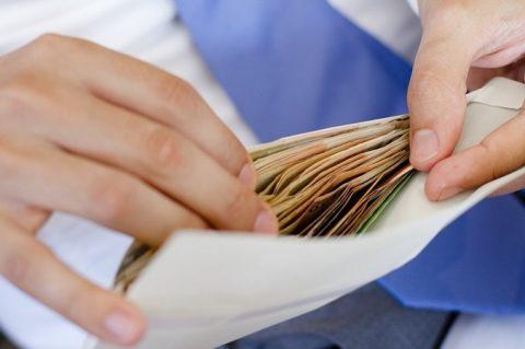 Майже третина працевлаштованих українців отримують зарплату в конвертах – повністю або частково