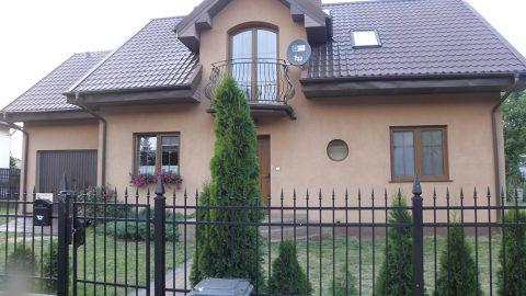 Na sprzedaż dom 143m2 z 2011 roku położony na ogrodzonej działce 770m2.