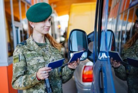 Залишатися в автомобілі на час контролю: Чи пришвидшить це перетин кордону?