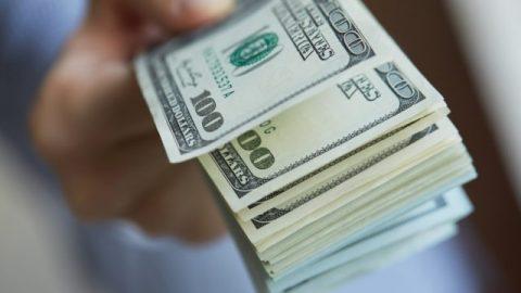 Українці за місяць купили валюти майже на 100 мільйонів доларів більше ніж продали