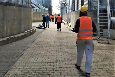 Половина українців працездатного віку на заробітках або працюють нелегально в Україні