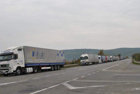 На виїзд з України утворилася 10 кілометрова черга з вантажівок. Оминають Польщу