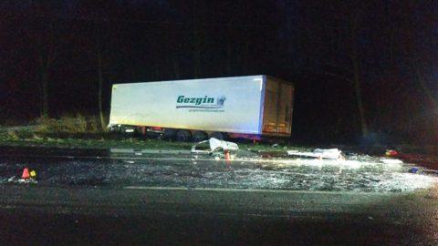 На дорозі до кордону не розминулися мікроавтобус і вантажівка: троє загиблих (Фото)