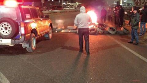 Заворушення на кордоні: перехід у Краківці заблокований – протестувальники палять шини (Відео)