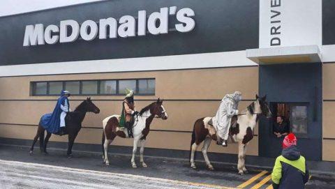 Три царі у черзі на McDrive. Мережу підірвали незвиклі фото зі святкової ходи (Фото)