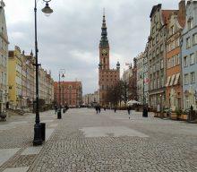 Від середи Польща посилить карантинні обмеження: більше дистанції на вулиці й менше покупців у магазинах