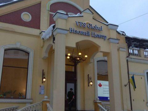 У Львові відновлюють роботу візові центри
