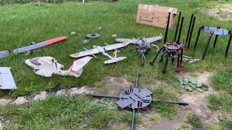 На Львівщині знайшли авіапарк безпілотників, якими ймовірно переправляли контрабанду (Відео)