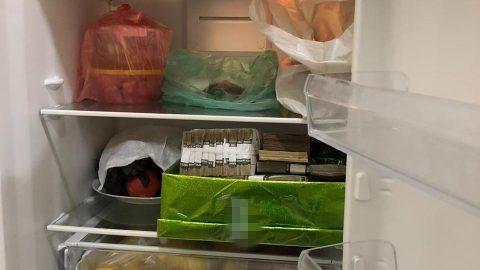"""Керівники """"Укрзалізниці"""" ховали вкрадені гроші в холодильнику (фото)"""