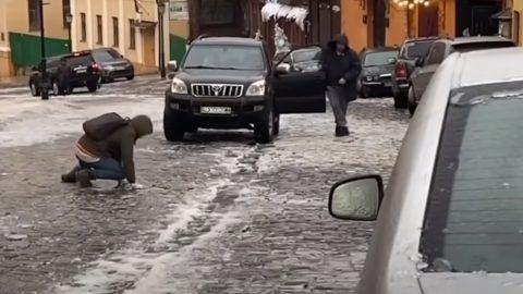 Як отримати компенсацію за падіння на слизькій вулиців Польщі?