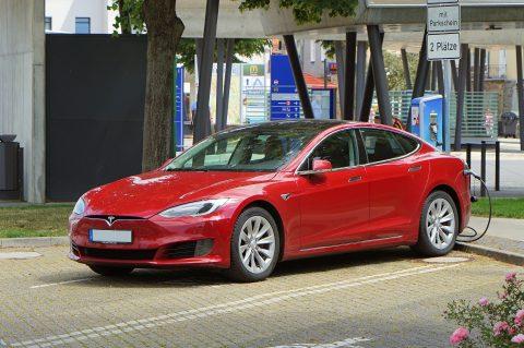Завод Tesla спокушає на заробіток як поляків, так і українців