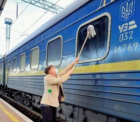 """Громадянин Данії взяв швабру та помив вікно потяга """"Укрзалізниці"""". Соцмережі вибухнули"""